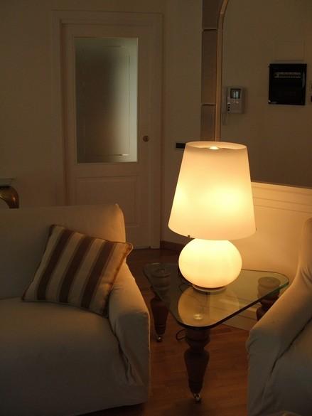 divani e lampada fontana arte