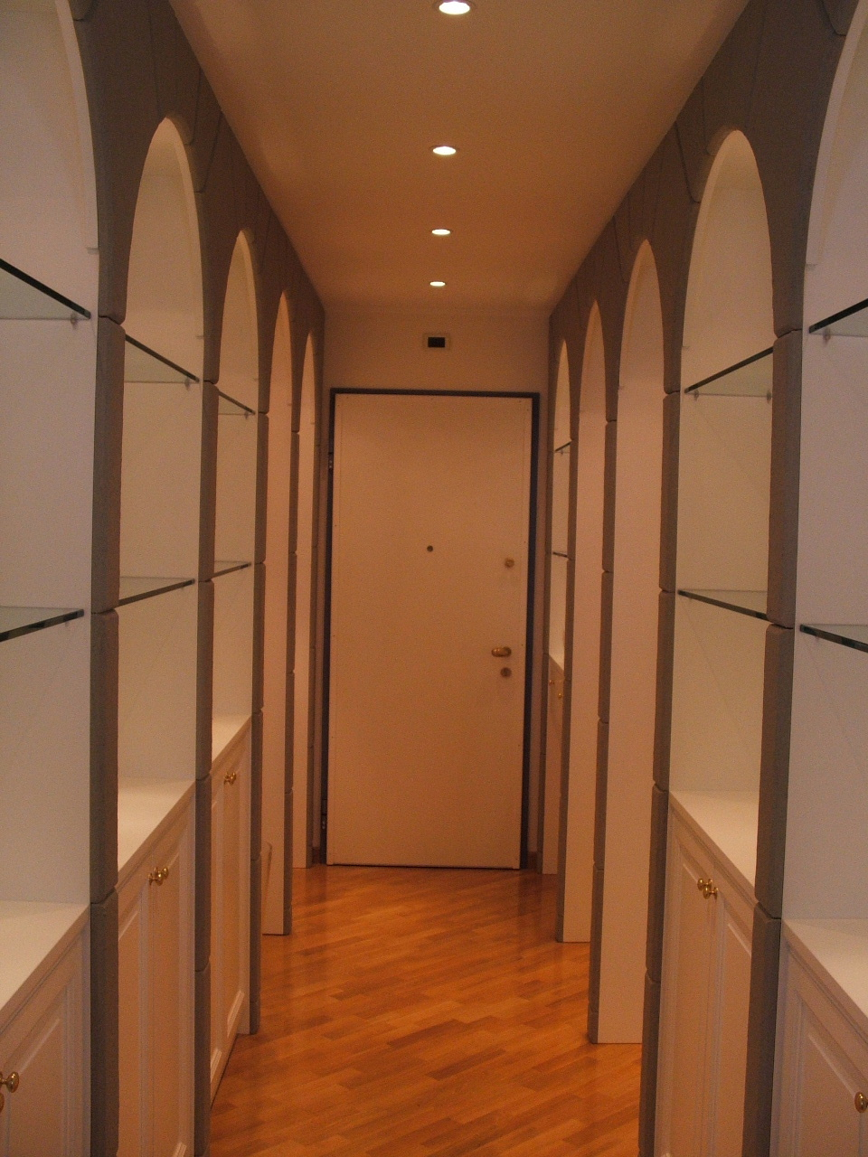ingresso: mobili espositori