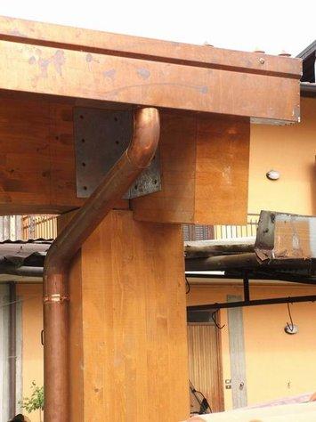 particolare tettoia esterna box